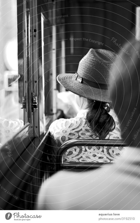 Sehnsucht Mensch feminin Frau Erwachsene Mutter Großmutter Leben Kopf Menschenmenge Kleinstadt Stadt Verkehr Verkehrsmittel Verkehrswege Bahnfahren