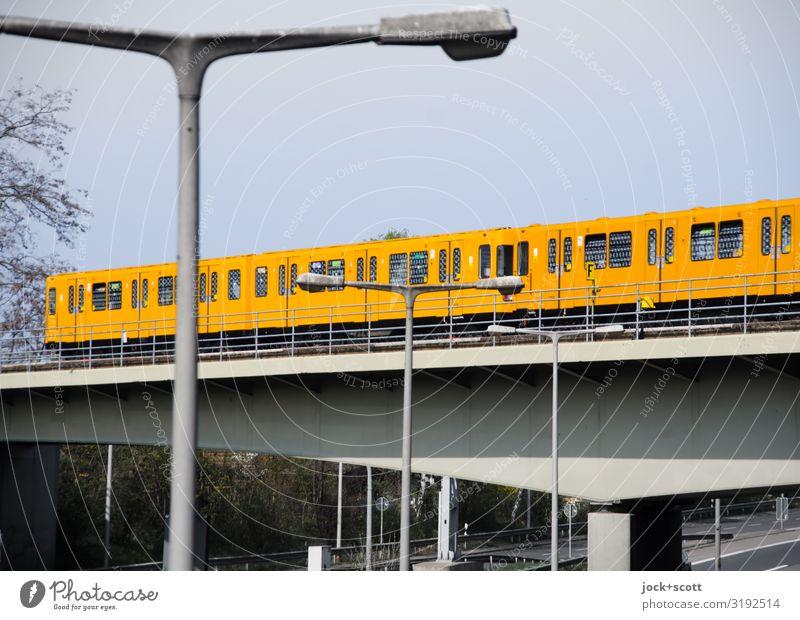 U-Bahn fährt regelmäßig über die Stadtautobahn Wolkenloser Himmel Winter Tegel Brücke Öffentlicher Personennahverkehr Schienenverkehr Bahnfahren