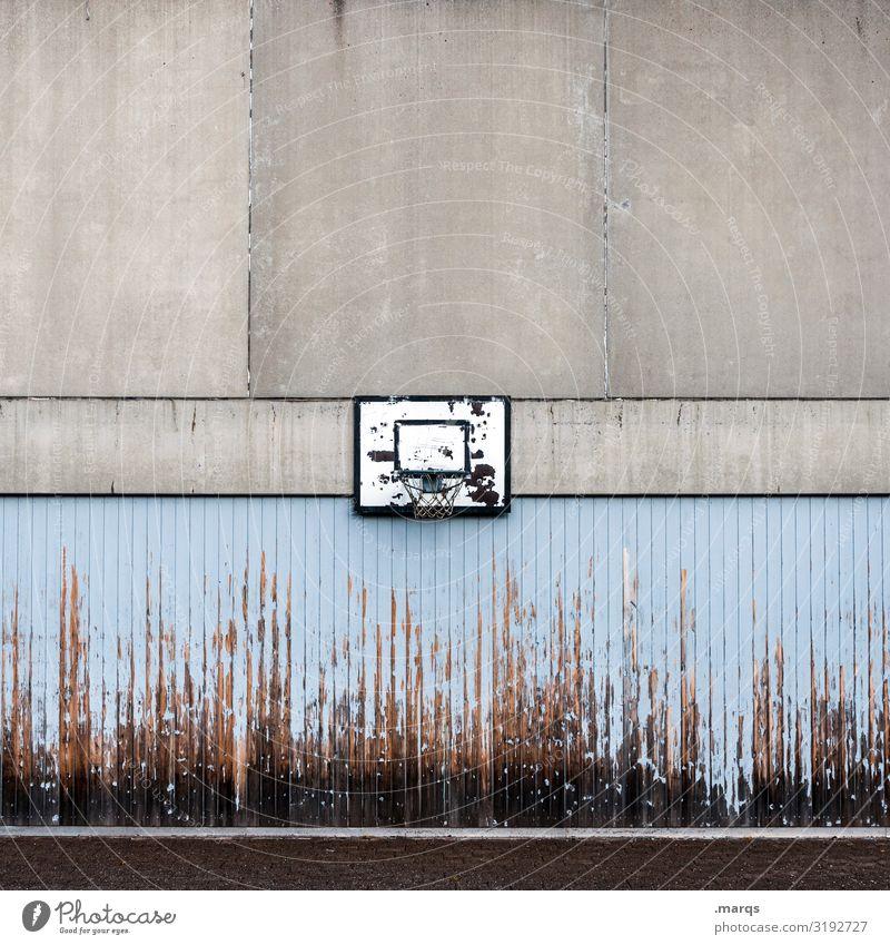 Basketballkorb Freizeit & Hobby Sport Ballsport Mauer Wand Schulhof Beton Holz alt kaputt blau grau schwarz Verfall Kindheit Farbfoto Außenaufnahme Menschenleer