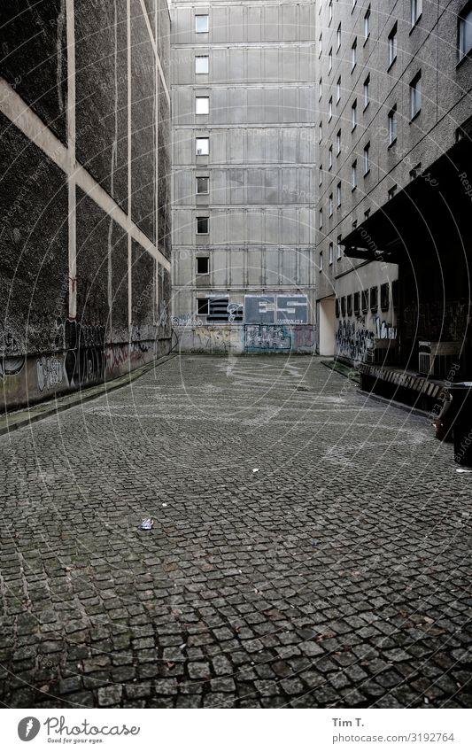 Tatort Berlin Berlin-Mitte Stadt Hauptstadt Stadtzentrum Menschenleer Haus Bauwerk Gebäude Plattenbau Mauer Wand Fenster Häusliches Leben Graffiti Hof Farbfoto