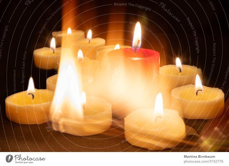 Spielen mit Feuer und Kerzen Meditation Feste & Feiern Wärme Denkmal dunkel rot schwarz Trauer Sehnsucht Frieden Religion & Glaube merkwürdig Streichholz Licht
