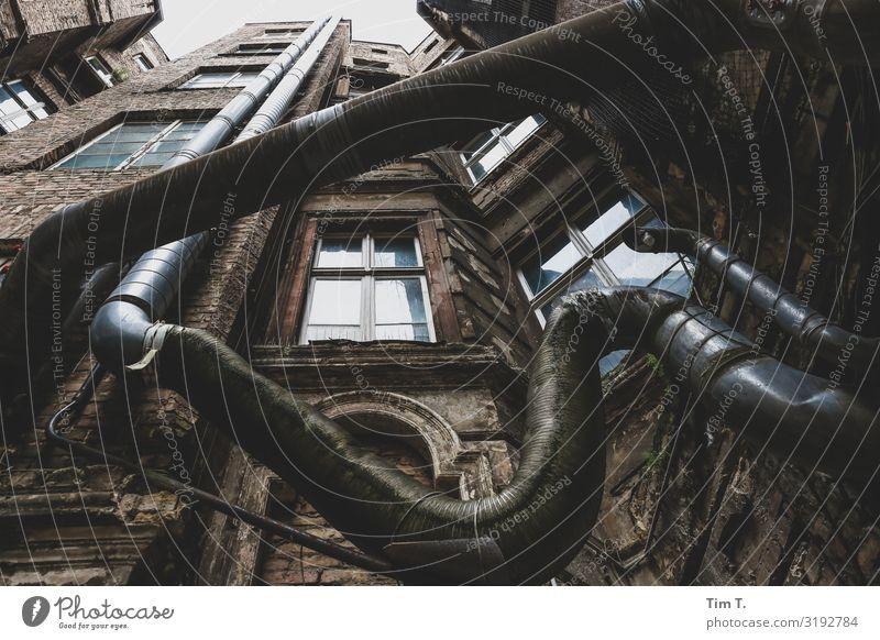 Brazil Prenzlauer Berg Stadt Hauptstadt Stadtzentrum Altstadt Menschenleer Haus Bauwerk Gebäude Architektur Mauer Wand Fenster Schornstein träumen