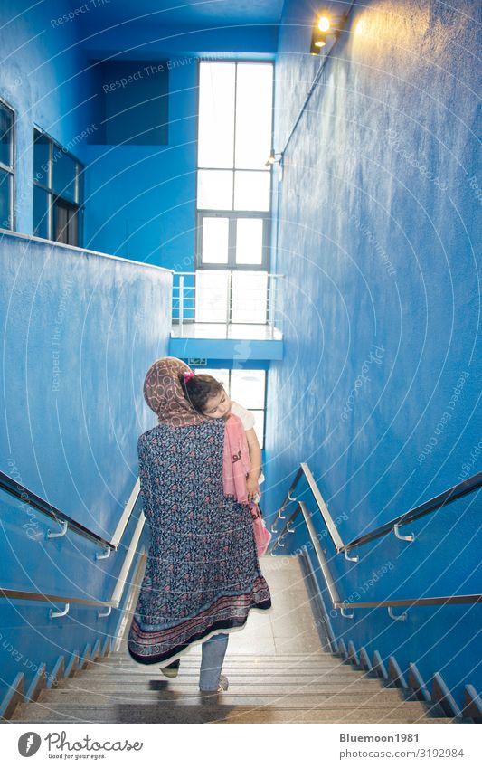 Frau Kind Mensch blau Stadt Farbe schön Erholung Einsamkeit ruhig Fenster Gesundheit Lifestyle Erwachsene Leben Religion & Glaube