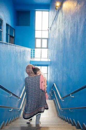 Mutter umarmte das geschlafene kleine Mädchen und ging von den Stufen hinunter. Lifestyle schön Leben Erholung Innenarchitektur Kind Mensch Frau Erwachsene