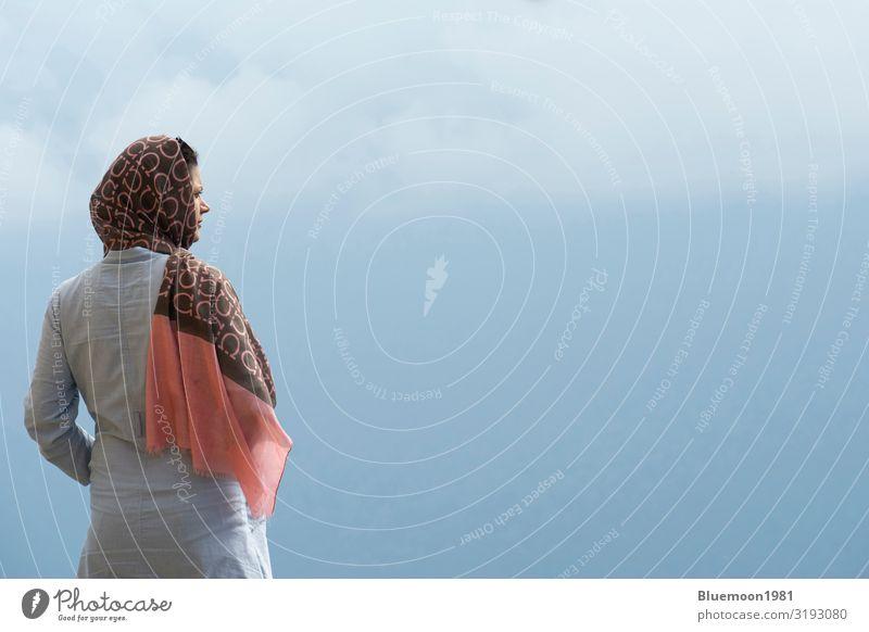 Frau Mensch Ferien & Urlaub & Reisen Natur Jugendliche Junge Frau blau schön Landschaft Erholung Wolken Einsamkeit ruhig Freude Ferne Berge u. Gebirge
