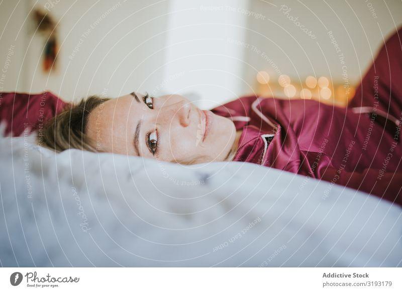 Frau und lächelnd im Bett Lächeln Jugendliche Schlafzimmer Kopfkissen schön Erholung Mensch heimwärts Morgen schlafen bequem aussruhen träumen attraktiv lügen