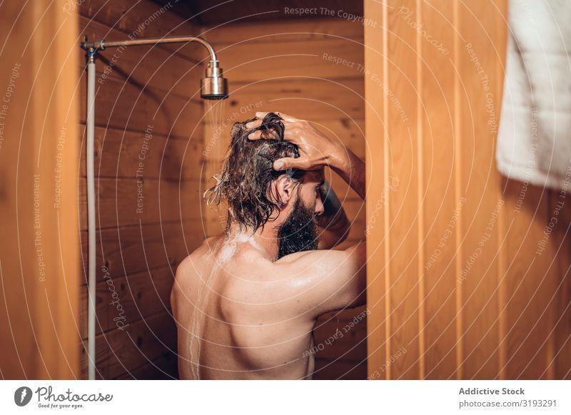 Mann beim Duschen im Holzbadezimmer nehmen Unter der Dusche (Aktivität) Bad Wasser nass Sauberkeit Fürsorge Gesundheit Schickimicki Mensch gutaussehend Morgen