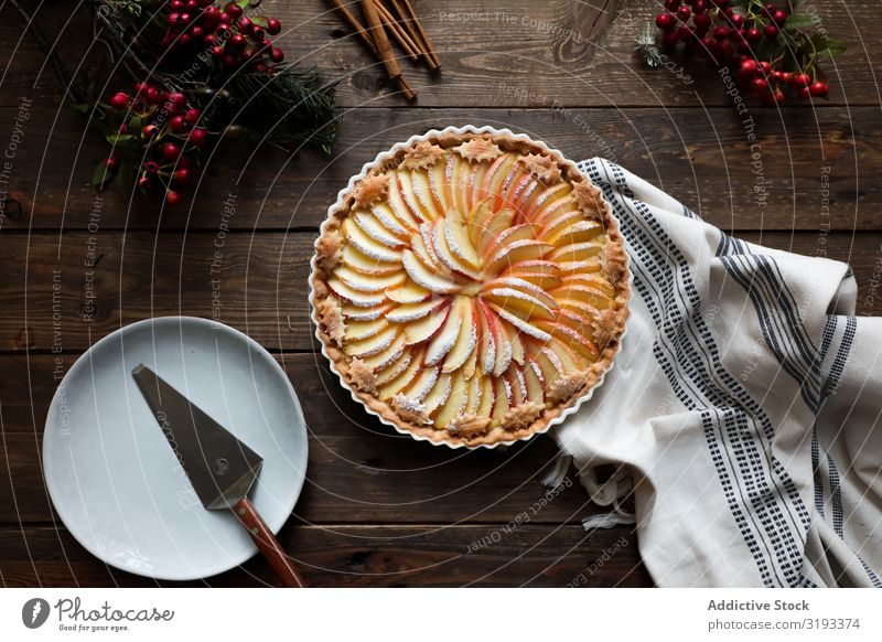 leckerer Apfelkuchen auf einem Holztisch bereit zum Verzehr Pasteten frisch rustikal Fenster gebastelt Tag braun Konfekt organisch Pergament Wärme aromatisch