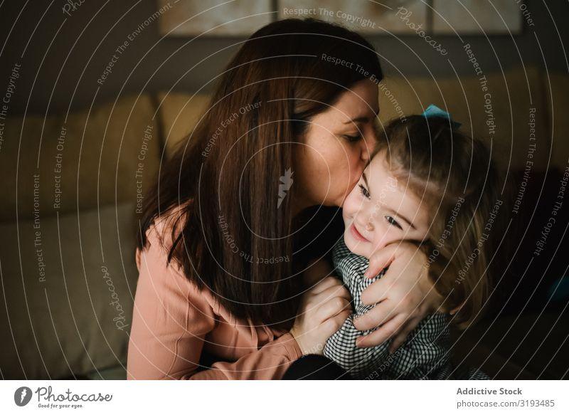Mutter hält Baby in den Armen Umarmen neugeboren Liebe Fürsorge Eltern Mutterschaft Fröhlichkeit heimatlich unschuldig Gefühle Jugendliche Frau Kind lieblich