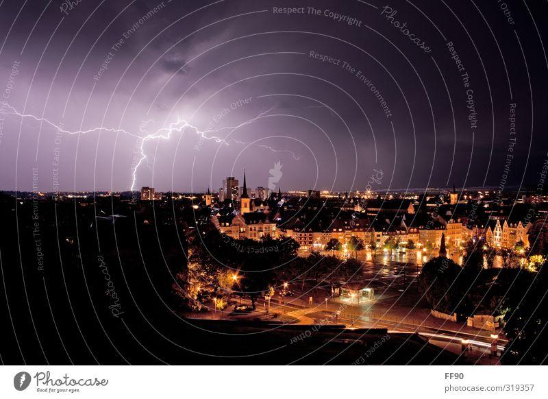 Unter Strom Umwelt Himmel Nachthimmel Horizont Frühling Regen Gewitter Blitze Stadt Stadtzentrum Altstadt Kirche Platz Sehenswürdigkeit Wahrzeichen Straße