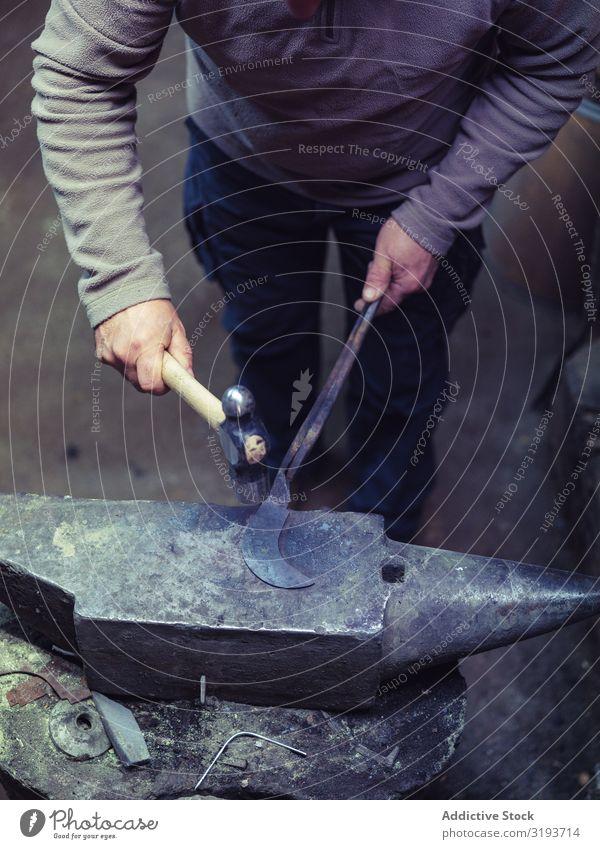 Schmiedemetall mit Hammer auf Amboss Hufschmied Schmieden Metall Gerät Werkzeuge Tradition Werkstatt Handwerk alt Fähigkeit schwer Metallbearbeitung Handarbeit