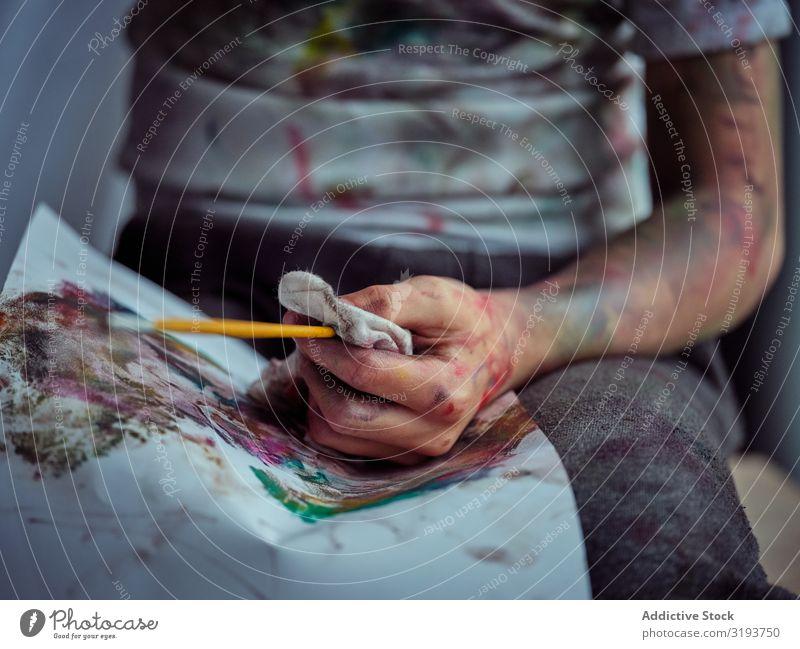 Süßer Junge in Farben gemalt mit Pinsel, Serviette und Pinsel. bemalt beschmiert Leinwand Papier Freude spielerisch Kind Kreativität lustig dreckig niedlich