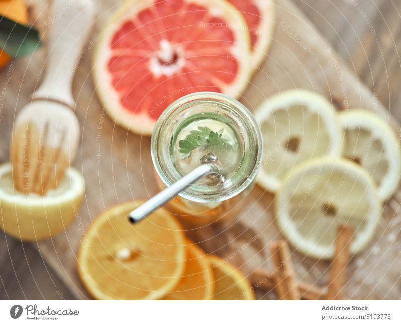 Zitruslimonade auf Holzplatte Zitrusfrüchte Orange Saft trinken Frucht frisch Glas Getränk liquide süß organisch reif Diät Erfrischung Vitamin Cocktail Scheibe