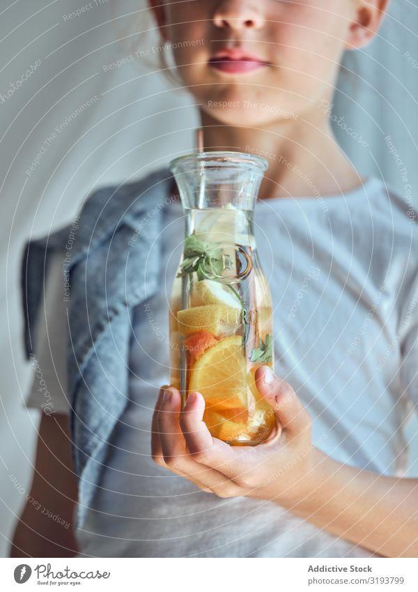 Junge mit Glasflasche und Limonade Halt Flasche trinken Kind Kindheit schön Mensch gutaussehend Lifestyle Gesundheit Glück attraktiv Erfrischung Getränk