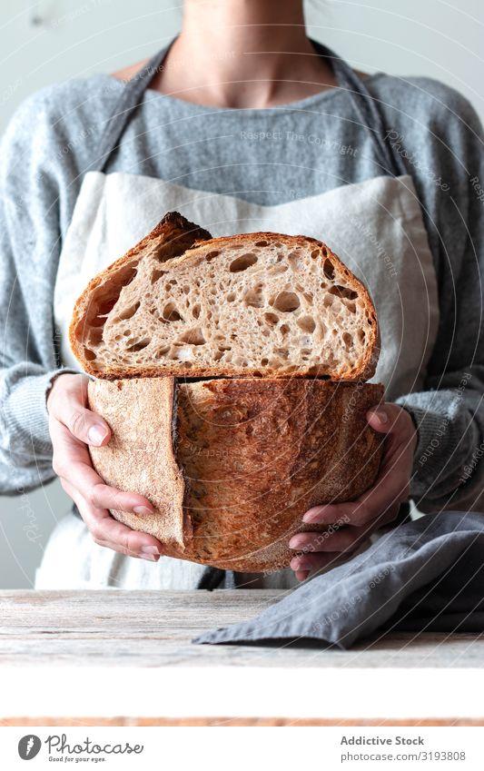 Hände einer Frau, die Brot hält Hand Lebensmittel Küche Bäckerei gebastelt frisch Koch Zutaten Mehl Weizen Vorbereitung Backwaren Mahlzeit kochen & garen Mensch