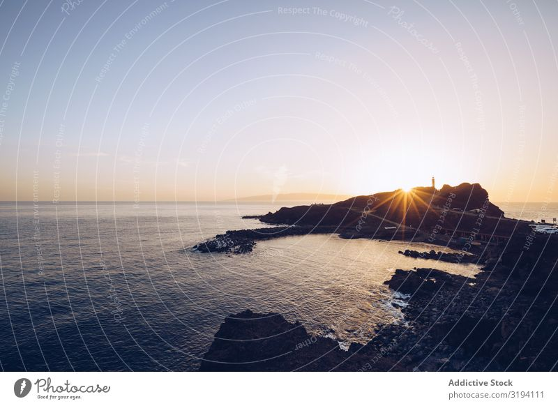 Abgelegene felsige Küste bei strahlendem Sonnenuntergang Felsen hell Klippe Meer Natur abgelegen Teneriffa Spanien steinig malerisch Aussicht Höhe Wellen