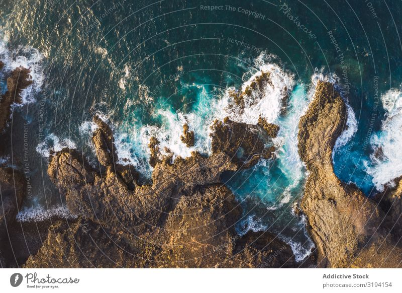 Drohnenansicht der Küste mit Klippen Wellen Felsen Geplätscher abgelegen Fluggerät schaumig Tag Spanien Teneriffa Wasser Höhe Meer Landschaft Natur