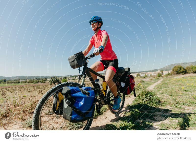 Frau fährt Fahrrad im Wald Reiten Wege & Pfade Ferien & Urlaub & Reisen Natur Sport Sommer Aktion Baum Sportbekleidung Helm Tasche Ausflug Fahrzeug Lifestyle