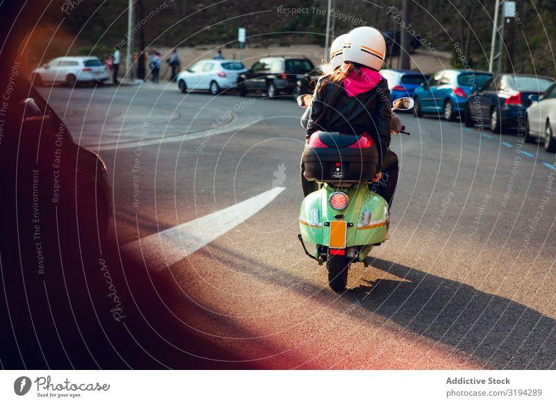 Nicht erkennbare Figuren auf dem Roller auf der Straße Mensch Helm Freundschaft Kleinmotorrad Fahrrad Aktion Freizeit & Hobby Abenteuer Motorrad