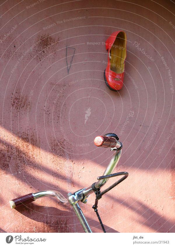 an den nagel gehängt Schuhe Fahrrad rot Sommer hollandrad