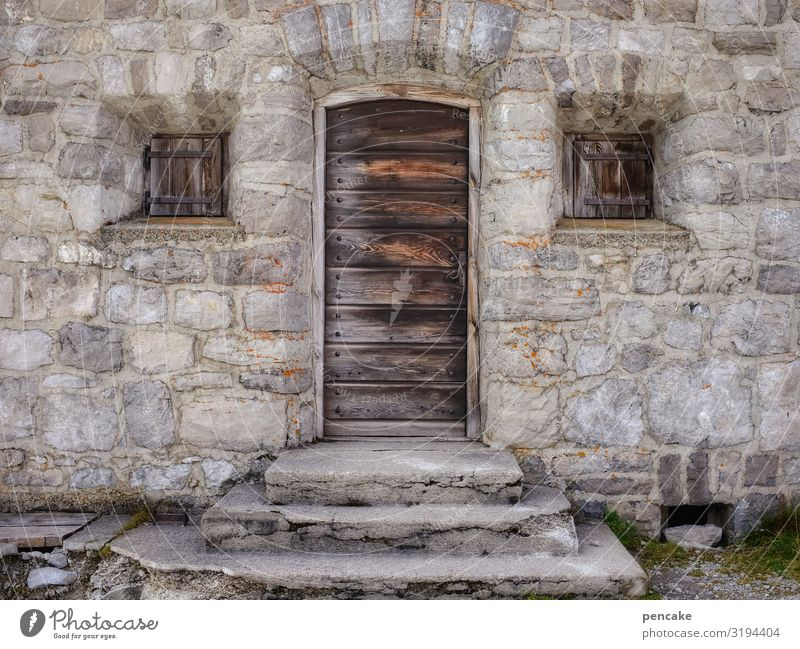 alt | zeitreise Steinhaus Alpen Holztüre Fenster geschlossen Stufen Haus Fassade Mauer Fensterladen Architektur Gebäude Tür Lünersee Wanderhütte Schutz