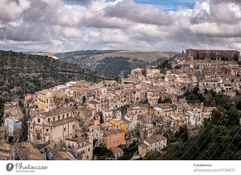 Blick auf Ragusa Tourismus Sightseeing Städtereise Weltkulturerbe Landschaft Himmel Wolken Horizont Sizilien Italien Europa Kleinstadt Haus Einfamilienhaus