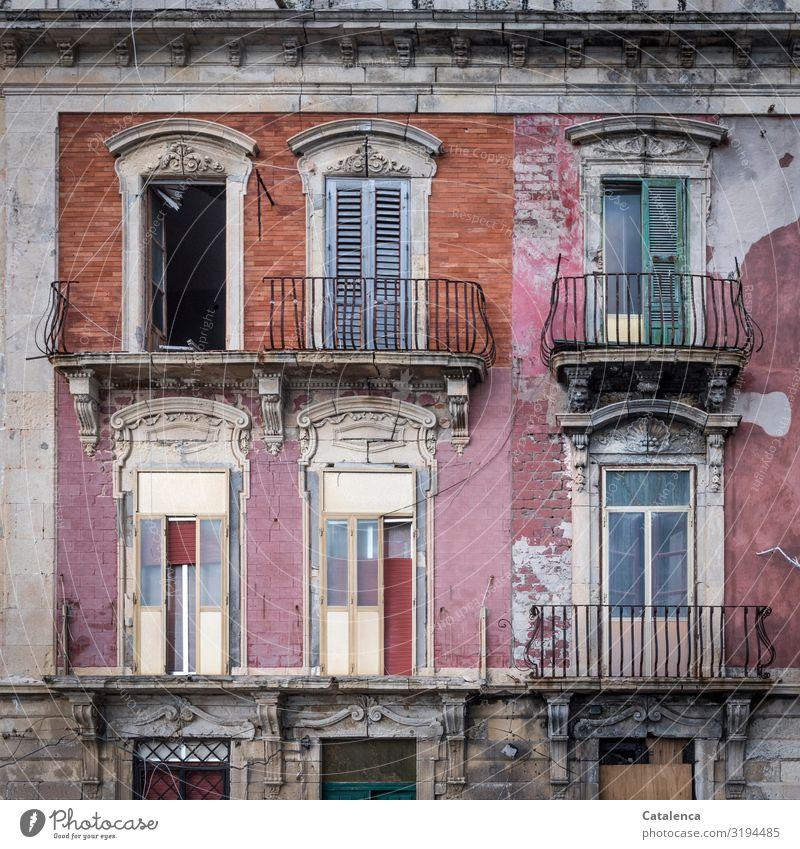 Ein verlassenes Gebäude zerfällt im Lauf der Zeit rosa orange Tageslicht Häusliches Leben Menschenleer Bauwerk alt Fenster Fassade Architektur Haus Wand Mauer