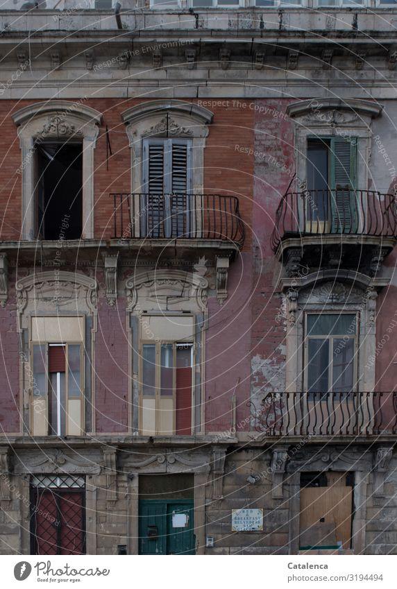 B & B Sizilien Italien Kleinstadt Stadt Haus Traumhaus Ruine Bauwerk Gebäude Architektur Fassade Balkon Fenster Tür alt dunkel gruselig trist gelb grau orange