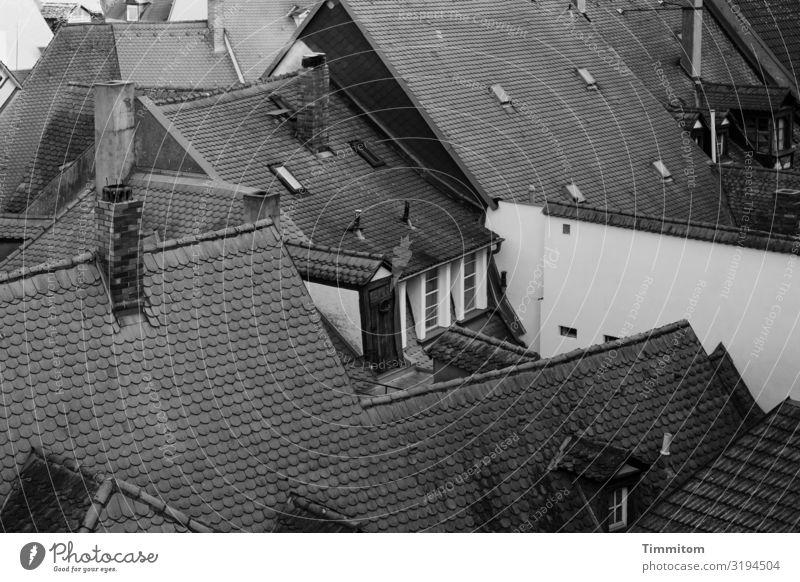 Über den Dächern (2) Bamberg Altstadt Haus Mauer Wand Fenster Dach Schornstein alt dunkel einfach grau schwarz weiß eng heimelig Schwarzweißfoto Außenaufnahme