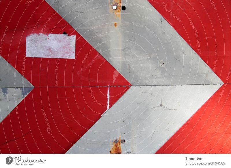 À droite... Verkehr Straße Verkehrszeichen Verkehrsschild Metall Hinweisschild Warnschild Linie Pfeil dreckig grau rot weiß Gefühle Etikett Farbfoto