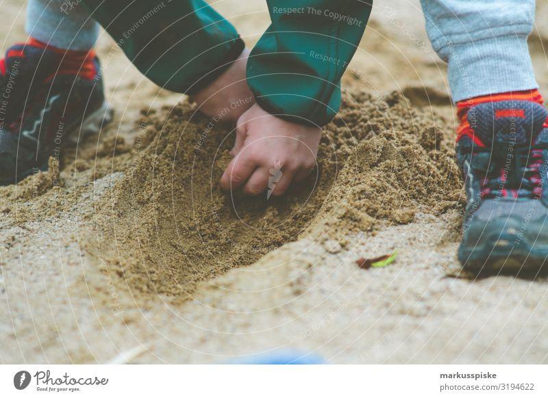 Junge buddelt im Sandkasten Kind Mensch Hand Freude Glück Garten Spielen Zufriedenheit Kindheit Finger entdecken Kindergarten Kindererziehung Spielplatz