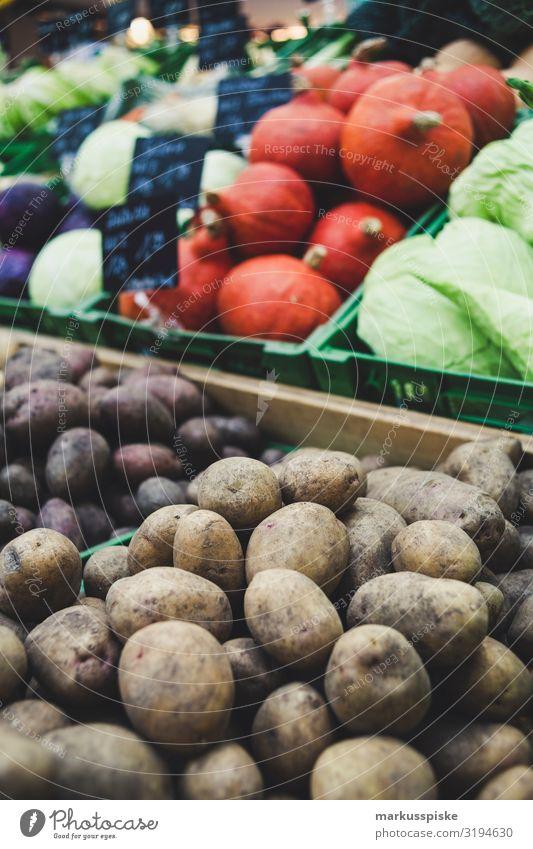 Bauernmarkt mit Bio Gemüse Kürbis Kohl Kartoffeln Markt Markthalle Marktstand gemüsehandel Bioprodukte Vegetarische Ernährung Diät Fasten Slowfood Lifestyle