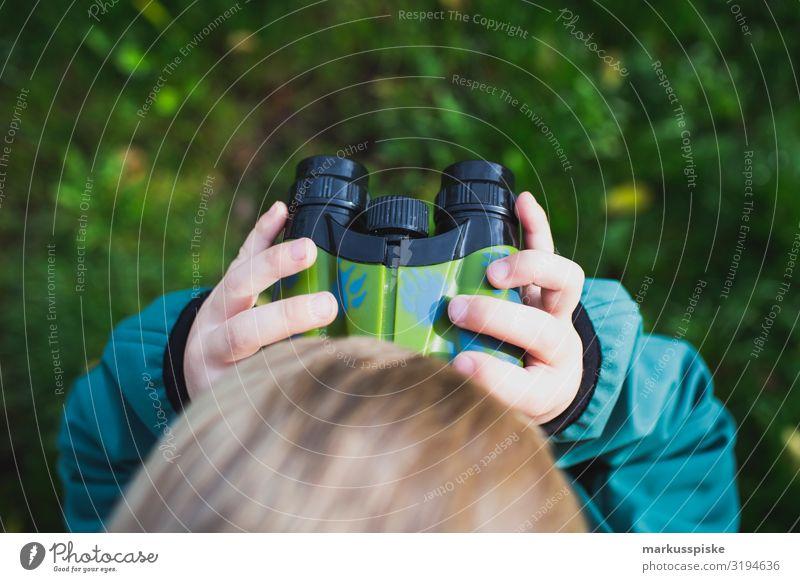 Junge schaut durch ein Fernglas Lifestyle Freizeit & Hobby Spielen Ferien & Urlaub & Reisen Tourismus Ausflug Abenteuer Ferne Freiheit wandern Garten