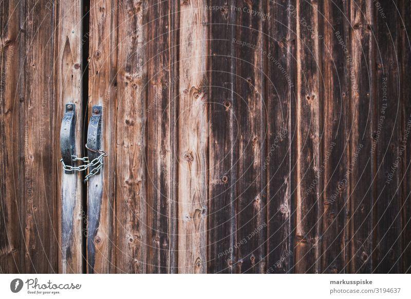 Holztor verschlossen Abenteuer Berge u. Gebirge wandern Garten Arbeitsplatz Landwirtschaft Forstwirtschaft verwittert alt Hütte Bauwerk Gebäude Scheune