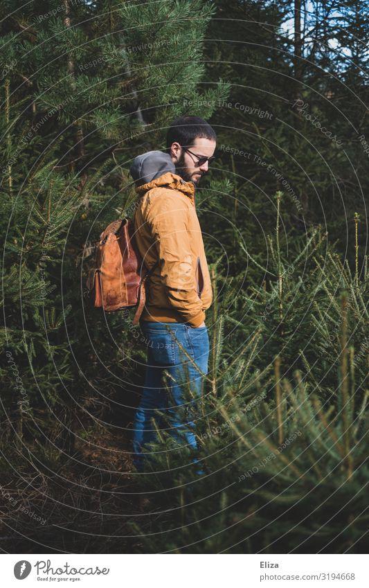 Mann mit Rucksack alleine isoliert im Wald an der frischen Luft Ausflug Abenteuer wandern Mensch maskulin Junger Mann Jugendliche draußen frische Luft