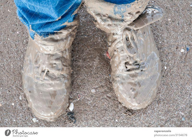 die behalt ich gleich an Strand Wege & Pfade Fuß Sand wandern Erde dreckig Schuhe Abenteuer authentisch laufen nass dumm Expedition schlechtes Wetter Wattenmeer
