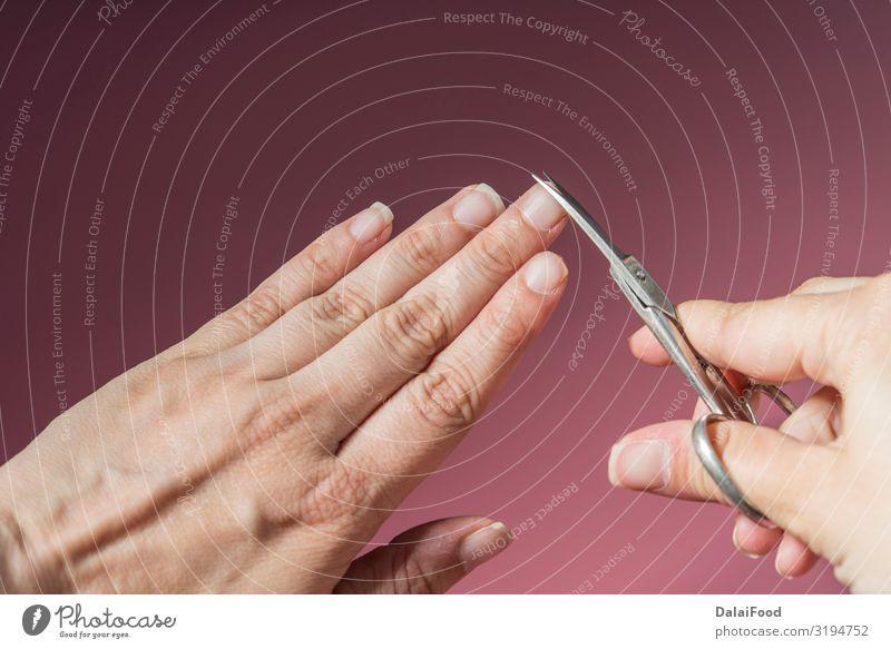 Manikürte Frau auf rosa Hintergrund Design schön Haut Maniküre Behandlung Spa Werkzeug Erwachsene Mutter Hand Finger Kunst Mode Aktenordner Sauberkeit weiß