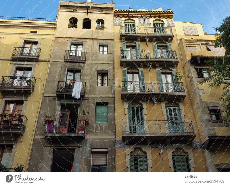 Barcelona   Altstadt 2 Spanien Tourismus Ferien & Urlaub & Reisen Reisefotografie alt Restauration Vergangenheit Stadt Stadtleben Fassade Balkon