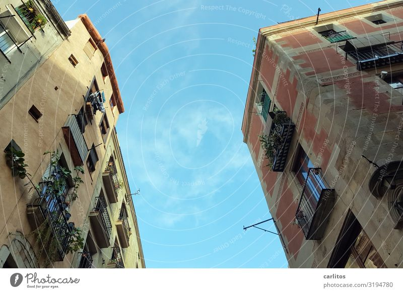 Barcelona   Altstadt 1 Spanien Tourismus Ferien & Urlaub & Reisen Reisefotografie alt Restauration Vergangenheit Stadt Stadtleben Fassade Balkon