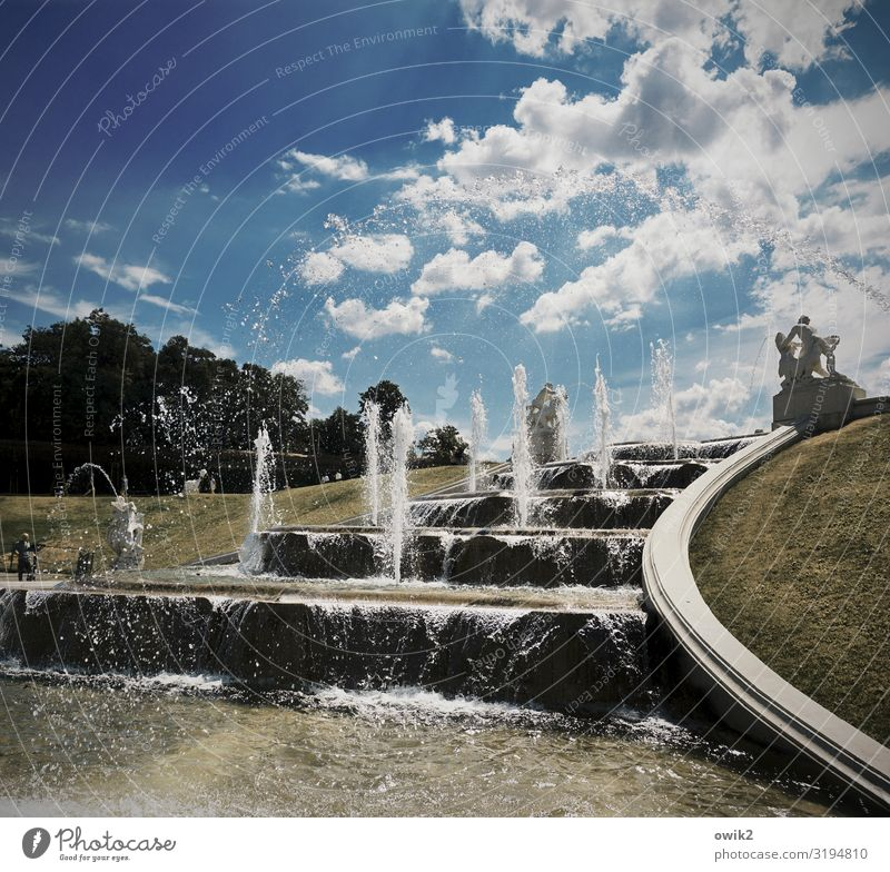 Nasse Treppe Kunst Kunstwerk Skulptur Wasser Himmel Wolken Sommer Park Springbrunnen Wasserfontäne Wien Idylle Barock Barockgarten Belvedere nass fließen
