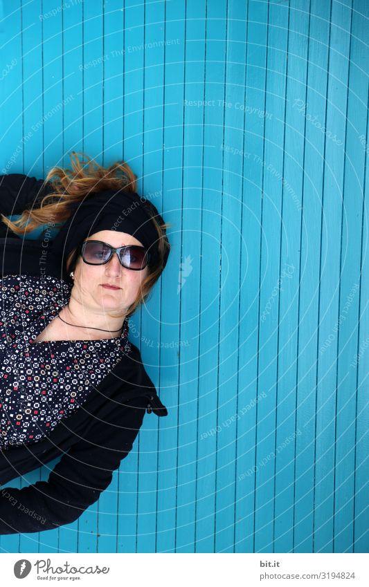 Hallo Mensch feminin Frau Erwachsene Mauer Wand Fassade blau Sonnenbrille Außenaufnahme Oberkörper Blick Blick in die Kamera Blick nach vorn