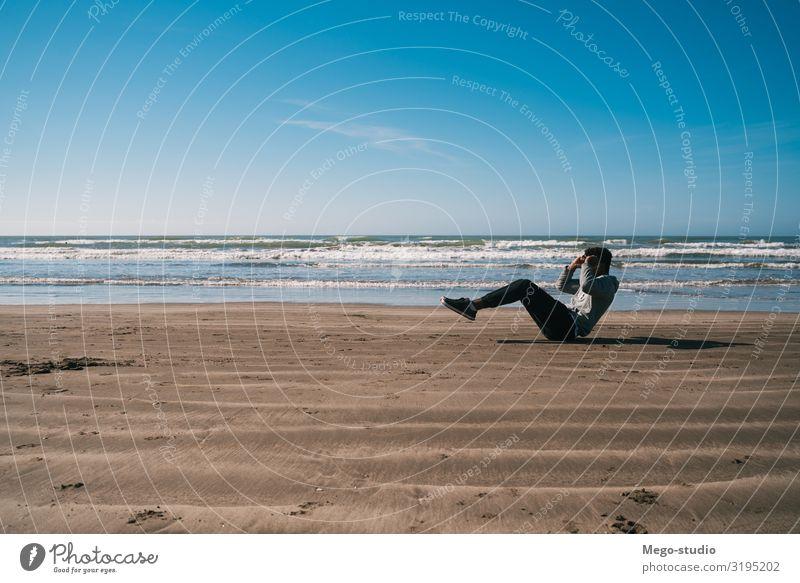Athletischer Mann, der am Strand Sport treibt. Körperpflege Erholung Freizeit & Hobby Joggen Arbeit & Erwerbstätigkeit Mensch Erwachsene Natur Sand Fitness