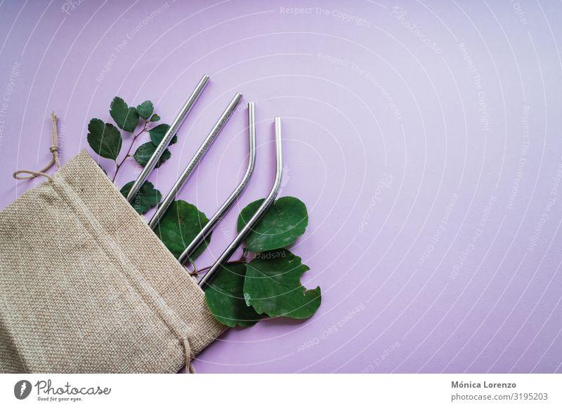 Umweltfreundliche Metall-Strohhalme auf einer rustikalen Tasche. Getränk trinken Lifestyle Leben Tube Stahl Kunststoff Freundlichkeit nachhaltig grün rosa Öko