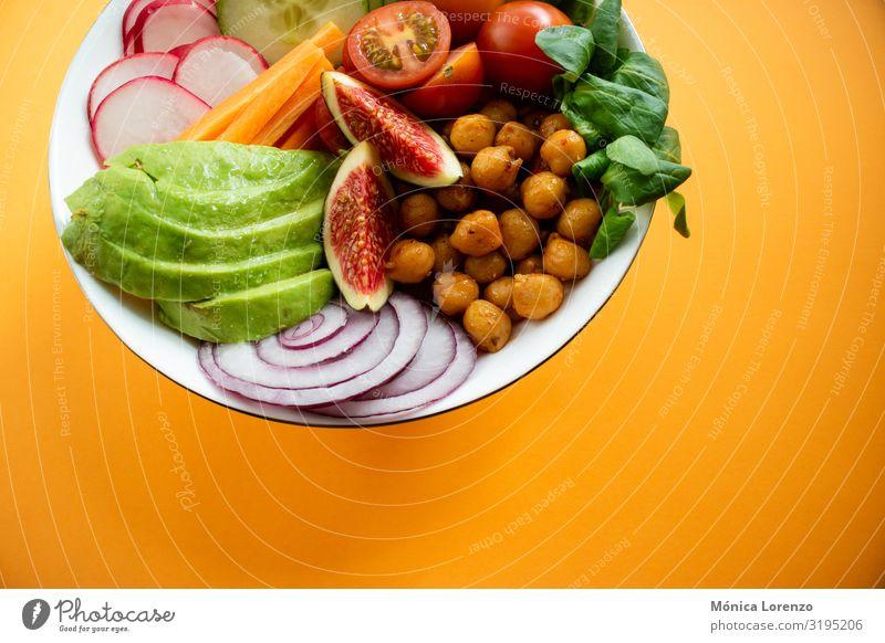 Buddha-Schale mit Avocado, Feigen, Kichererbsen und Karotten. Gemüse Diät Schalen & Schüsseln frisch Ei Gesundheit Textfreiraum Holz Salatgurke Jahreszeiten