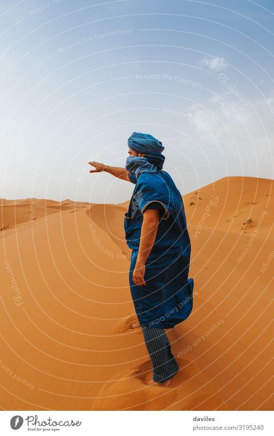 Mensch Ferien & Urlaub & Reisen Natur Jugendliche Mann blau Landschaft 18-30 Jahre Lifestyle Erwachsene Tourismus Mode orange Sand Ausflug Abenteuer