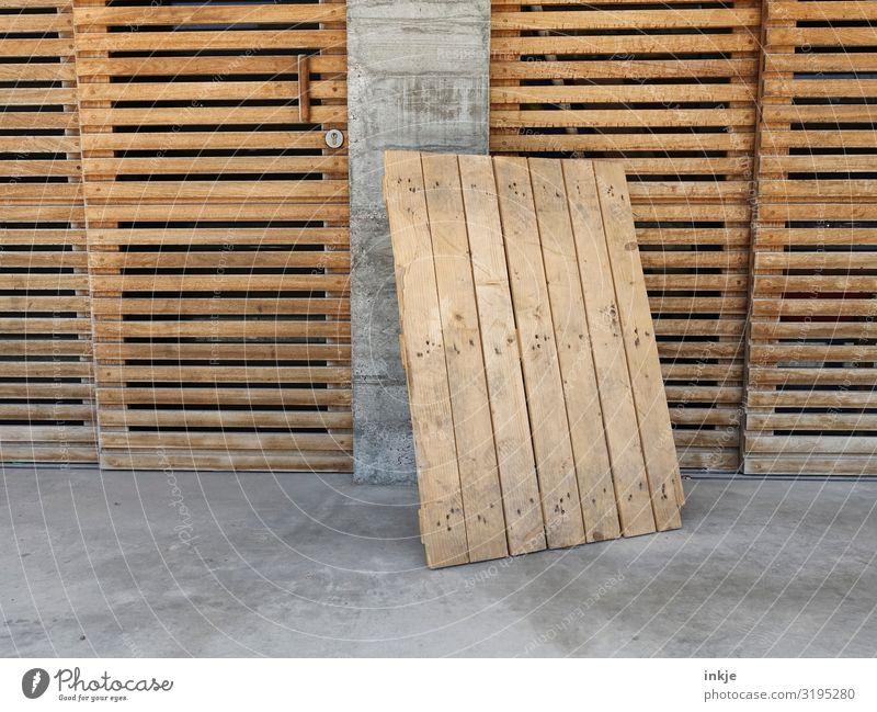 Holz und Beton Arbeit & Erwerbstätigkeit Menschenleer Fassade Tür Holztor Wandtäfelung Holzbrett Paletten braun grau angelehnt parken geschlossen Farbfoto