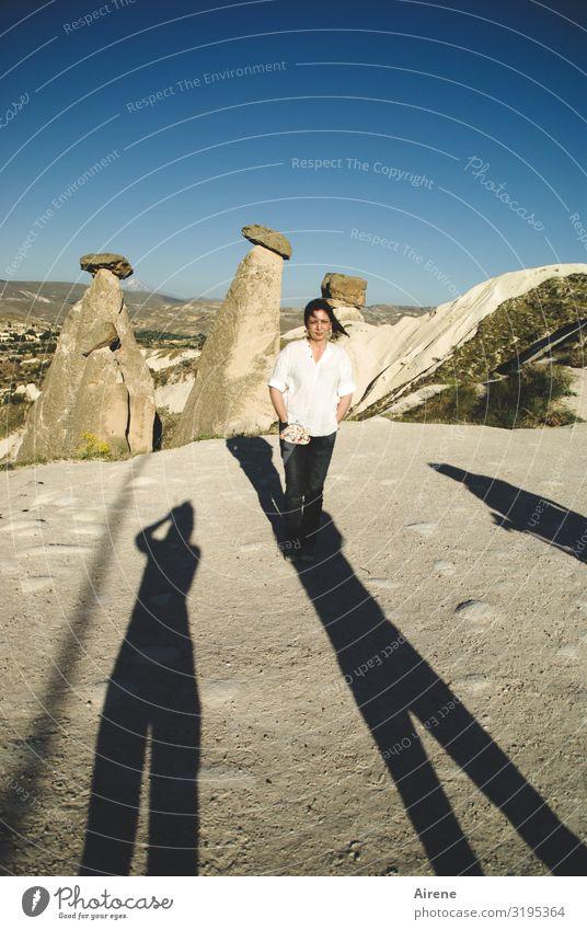 in der Mitte Frau Erwachsene 1 Mensch 30-45 Jahre Wolkenloser Himmel Schönes Wetter Felsen Tuffstein Naturwunder Erosion Cappadocia Sehenswürdigkeit