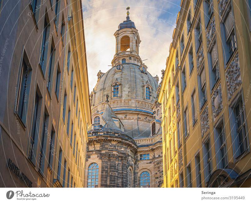 Blick durch die Gasse auf die Frauenkirche in Dresden Architektur Stadtzentrum Altstadt Kirche Dom Turm Bauwerk Gebäude Mauer Wand Fassade Sehenswürdigkeit