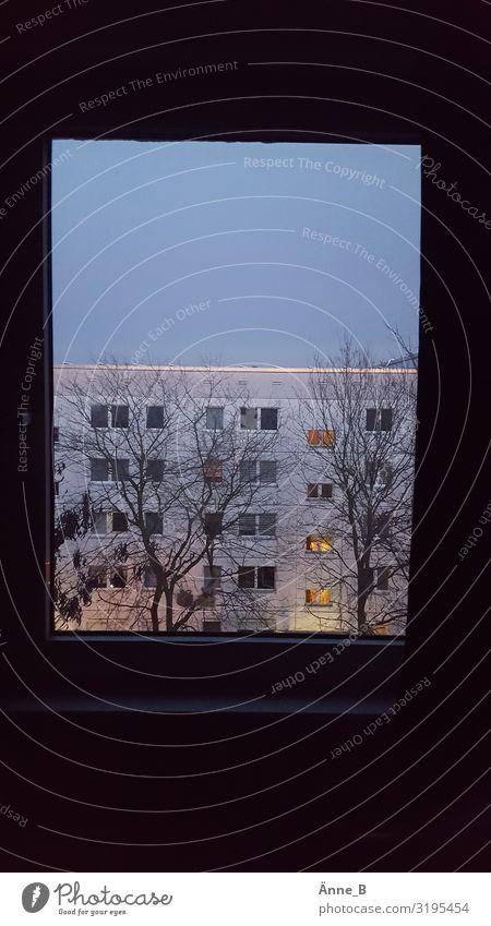 Zimmer mit Aussicht Häusliches Leben Wohnung Haus Raum Fenster Dach Plattenbau Schließfach Stadtrand bevölkert Hochhaus Bauwerk Gebäude Architektur Wohnsiedlung