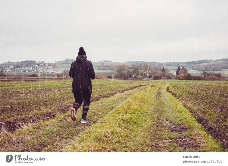 Curvy Frau joggt entlang eines Feldweges Gesundheit Fitness Freizeit & Hobby Ferne Sport Sport-Training Joggen feminin Junge Frau Jugendliche 1 Mensch